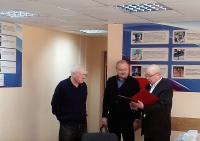 Юбиляра поздравляет директор ДЮСШ Арсенал         Н.И. Попков