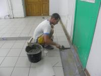 Максим Лелеко из ооо Заречное завершает кладку кафельной плитки в столовой сотницынской школы