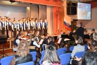 Выступают школьный хор и оркестр народных инструментов