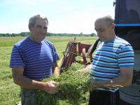 слева Александр Худяков и Алексей Кузьмин проверяют качество сена