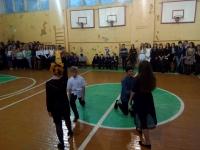 учащиеся 7А класса танцуют вальс